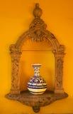 多孔黏土蓝色墨西哥花瓶墙壁黄色 免版税库存图片
