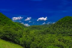 多小山森林风景在Kaeng Krachan国立公园 免版税库存照片