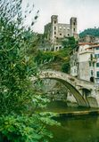 多尔恰夸、利古里亚、意大利- 2002年8月- Castel和多尔恰夸桥梁  库存图片