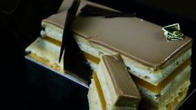 多层焦糖蛋糕片断的全景装饰用巧克力 影视素材