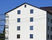 多层的工厂厂房的建筑与脚手架的 库存图片
