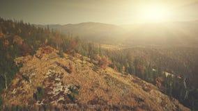 多山倾斜表面风景鸟瞰图 股票录像
