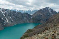 多山风景和风景在Alakol湖附近,一个普遍的远足的目的地的看法的游人在卡拉科尔,吉尔吉斯斯坦附近 免版税库存照片