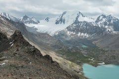 多山风景和风景在Alakol湖附近,一个普遍的远足的目的地的看法的游人在卡拉科尔,吉尔吉斯斯坦附近 库存图片