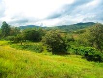 多山风景,蓝天 库存图片