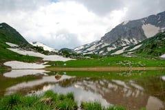 多山高的湖 免版税库存照片