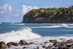 多岩石的海滩和海峭壁看法在圣基茨希尔的在加勒比 库存图片