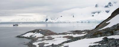 多岩石的海滩在南极洲 图库摄影