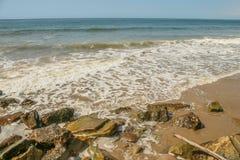 多岩石的海滩在Faria海滩国家公园在加利福尼亚 免版税图库摄影