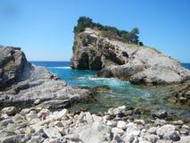 多岩石的海滩在mintenegro的亚得里亚海 免版税库存图片