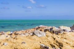 多岩石的海滩摘要 库存图片