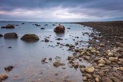 多岩石的海滩瑞典 图库摄影