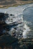 多岩石的海滩 库存图片