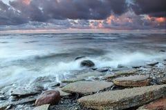 多岩石的海滩 免版税图库摄影