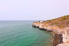 多岩石的海滩和海景 库存照片