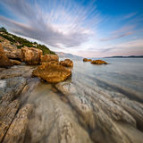 多岩石的海滩和透明亚得里亚海在Omis附近 库存图片