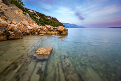 多岩石的海滩和透明亚得里亚海在Omis附近 免版税图库摄影