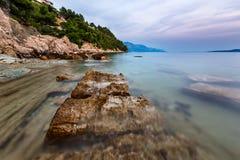 多岩石的海滩和透明亚得里亚海在Omis附近 免版税库存图片