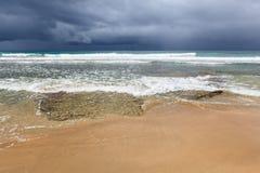 多岩石的海滩和以后的风暴 免版税库存照片