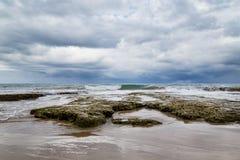 多岩石的海滩和以后的风暴 免版税库存图片