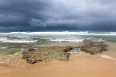 多岩石的海滩和以后的风暴 库存图片