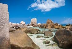 多岩石的海滩在塞舌尔群岛 免版税库存照片