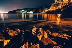 多岩石的海滩在晚上 免版税库存图片
