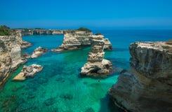 多岩石的海滩在普利亚, Torre Sant'Andrea,意大利 图库摄影