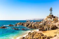 多岩石的海滩在比尼亚德尔马,智利 免版税库存照片