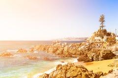 多岩石的海滩在比尼亚德尔马,智利 库存图片
