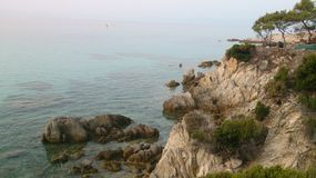 多岩石的海滩在爱琴海,希腊 库存照片