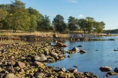 多岩石的海滩在Jarso 库存图片