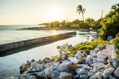 多岩石的海滩日落巴伊亚本田火车站废墟 库存照片