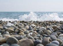 多岩石的海滩有海视图 库存图片