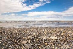 多岩石的海滩海岸线 免版税图库摄影
