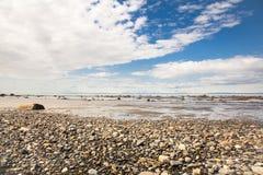 多岩石的海滩海岸线 库存照片