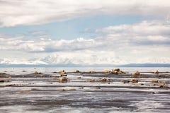 多岩石的海滩海岸线 免版税库存照片