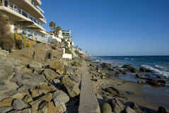 多岩石的海滩的议院在拉古纳靠岸,橘郡-加利福尼亚 库存图片