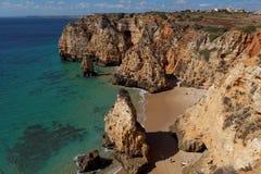 多岩石的海滩,拉各斯,葡萄牙 旅行和企业背景 免版税库存图片