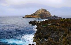 多岩石的海滩,马德拉岛海岛,葡萄牙 免版税图库摄影