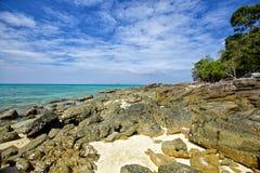 多岩石的海滩 免版税库存照片
