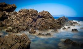 多岩石的海滩 图库摄影