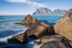 多岩石的海滩Uttekleiv Lofoten的看法 免版税库存图片