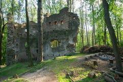 多布拉Voda城堡废墟在森林,斯洛伐克 库存照片