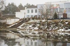 多布鲁什,白俄罗斯- 2017年12月28日:创造性宫殿在湖的岸的 图库摄影