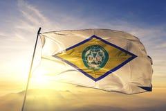 多弗美国旗子纺织品挥动在顶面日出薄雾雾的布料织品特拉华的市首都  免版税库存照片