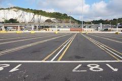 多弗,肯特,英国, 2016年8月10日:在上载地点的空的车道穿过海峡轮渡的 库存图片