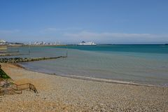 多弗,肯特,英国- 2017年8月17日:多弗海滩和港口有F的 免版税库存图片