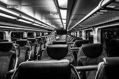 多弗, NJ美国- 2017年11月1日:NJ运输火车在与空位的晚上,黑白 免版税库存照片