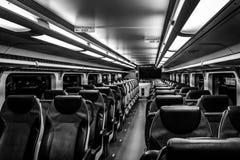 多弗, NJ美国- 2017年11月1日:NJ运输火车在与空位的晚上,黑白 免版税库存图片
